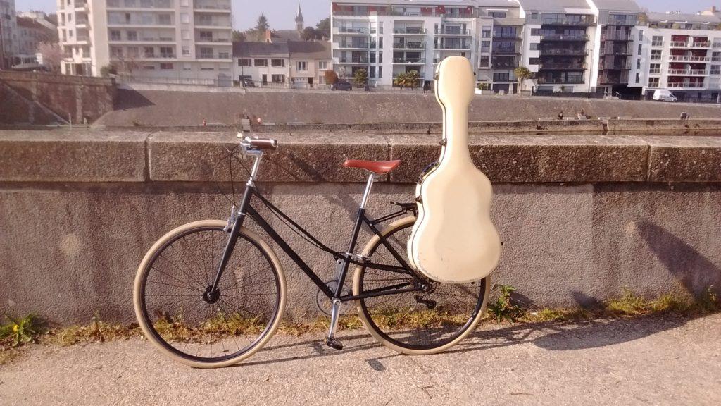 transporter une guitare sur son vélo