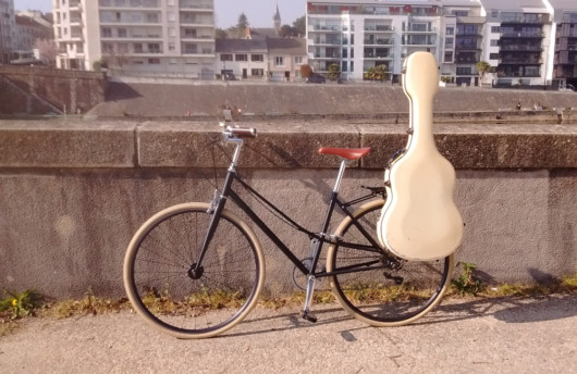 Transporter sa guitare à vélo